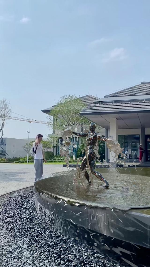 水池旁边碰到一个会跳舞的雕像你们见过吗